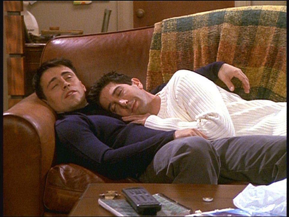 Joey (Matt LeBlanc, l.) und Ross (David Schwimmer, r.) machen die Erfahrung, dass ein Nachmittagsschlaf zu zweit viel mehr Spaß macht ... - Bildquelle: TM+  2000 WARNER BROS.