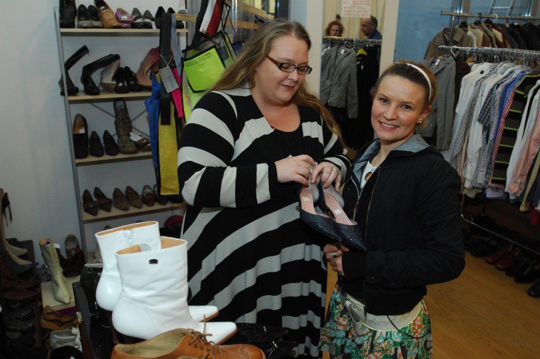 Werden dies die Schuhe für ihren Opernbesuch sein? Jenny (r.) ist gespannt, welches Outfit sie von ihren Beratern ausgesucht bekommt ... - Bildquelle: Stefan Menne Sat.1