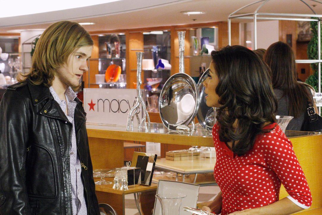Gehen gemeinsam shoppen: Gabrielle (Eva Longoria, r.) und Zach (Cody Kasch, l.) ... - Bildquelle: 2005 Touchstone Television  All Rights Reserved