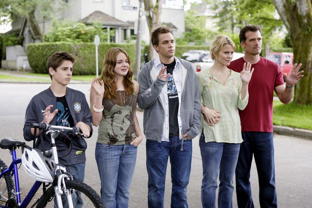 Nehmen Abschied von Kyle - der mit seinen angeblich leiblichen Eltern nach Hause muss: (v.l.n.r.) Josh (Jean-Luc Bilodeau), Lori (April Matson), Dec... - Bildquelle: TOUCHSTONE TELEVISION