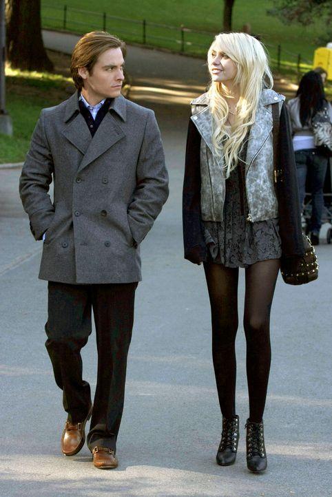 Jenny (Taylor Momsen, r.) hat sich sofort bereit erklärt, dem attraktiven Diplomatensohn Damien (Kevin Zegers, l.) die Stadt zu zeigen. - Bildquelle: Warner Brothers