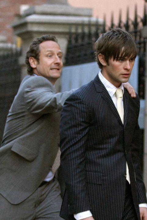 """""""Der Käptn"""" (Sam Robards, l.) versucht seinen Sohn zurückzuhalten, denn er ahnt nicht, wie enttäuscht Nate (Chace Crawford, r.) über dessen Fluc... - Bildquelle: Warner Bros. Television"""
