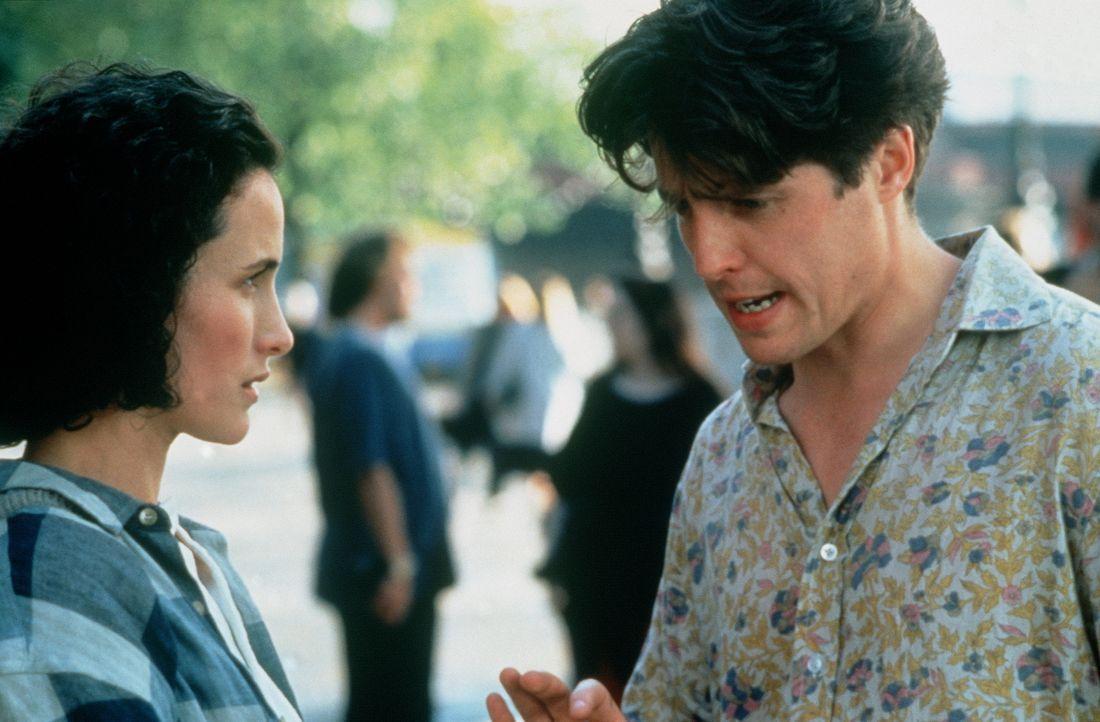 Seit Jahren verlieren sich Charles (Hugh Grant, r.) und Carrie (Andie MacDowell, l.) regelmäßig aus den Augen, um sich dann im Getümmel diverser Hoc... - Bildquelle: Gramercy Pictures