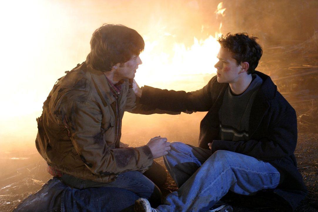 Als Jordan (Joseph Cross, r.) die Vision hat, dass sich Coach Altman etwas antun wird, nimmt Clark (Tom Welling, l.) die Hinweise ernst ... - Bildquelle: Warner Bros.