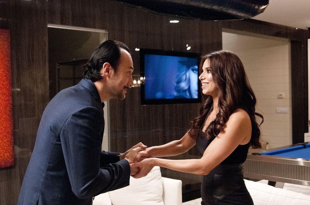 Carmen (Roselyn Sanchez, r.) hat ein Meeting mit dem Musikproduzenten Benny Soto (Carlos Leal, l.) ergattert und ist bereit, viel für ihre Karriere... - Bildquelle: ABC Studios