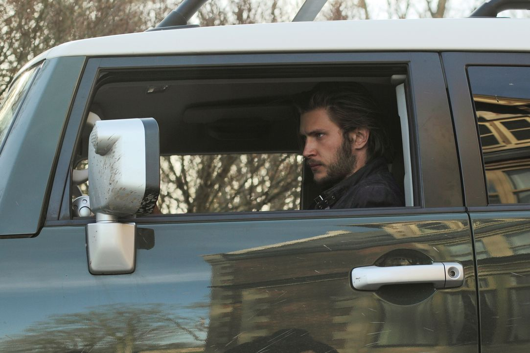 Ausgerechnet in einer tödlichen Situation kommen sich Elena und Clay (Greyston Holt) wieder näher ... - Bildquelle: 2014 She-Wolf Season 1 Productions Inc.
