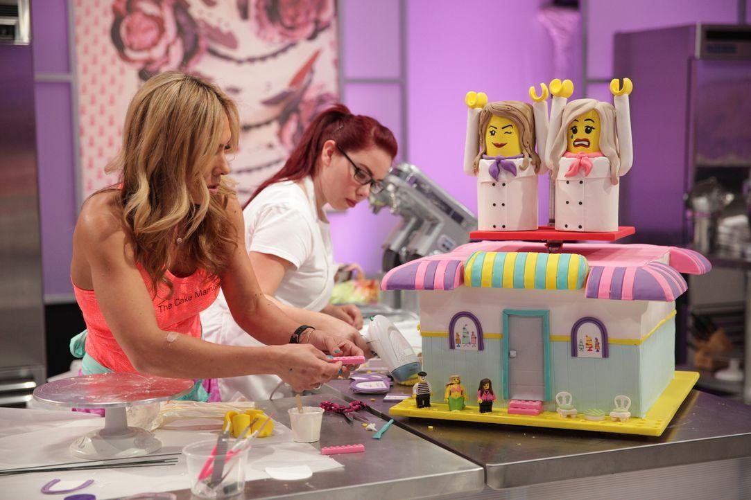 Bis ins kleinste Detail muss bei Bäckerin Janelle Copeland (l.) alles stimmen, aber wird sie damit auch die Jury überzeugen, $10000 gewinnen und ihr... - Bildquelle: 2015, Television Food Network, G.P. All Rights Reserved