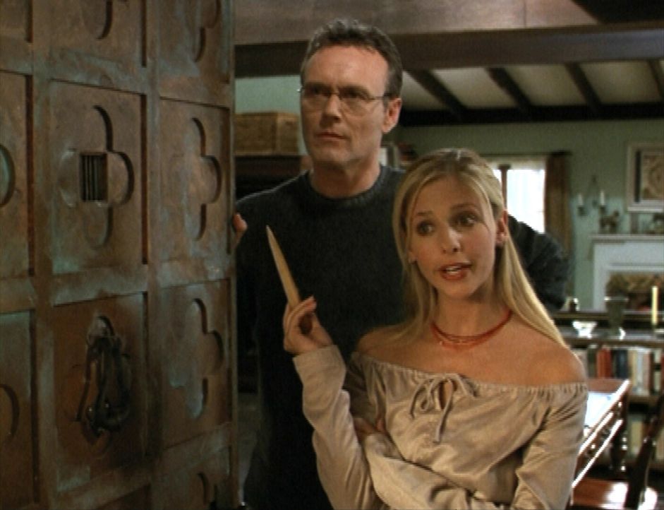 Giles (Anthony Stewart Head, l.) und Buffy (Sarah Michelle Gellar, r.) bekommen überraschenden Besuch zu Thanksgiving. - Bildquelle: TM +   2000 Twentieth Century Fox Film Corporation. All Rights Reserved.