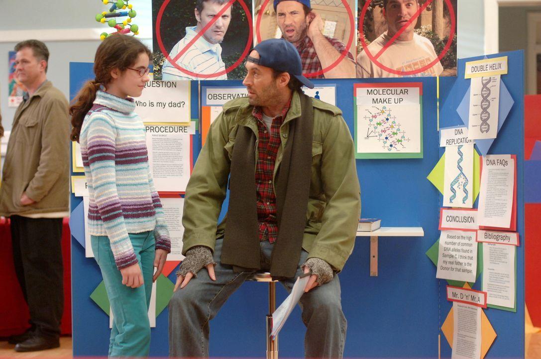 Ein kleines Mädchen namens April (Vanessa Marano, l.) taucht bei Luke (Scott Patterson, r.) im Diner auf und verlangt eine Haarprobe von ihm, um fes... - Bildquelle: Copyright Warner Brother International Television