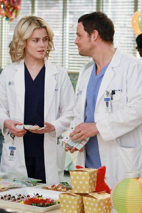 Treffen auf der Baby-Party aufeinander: Lucy (Rachel Taylor, l.) und Alex (Justin Chambers, r.) ... - Bildquelle: ABC Studios
