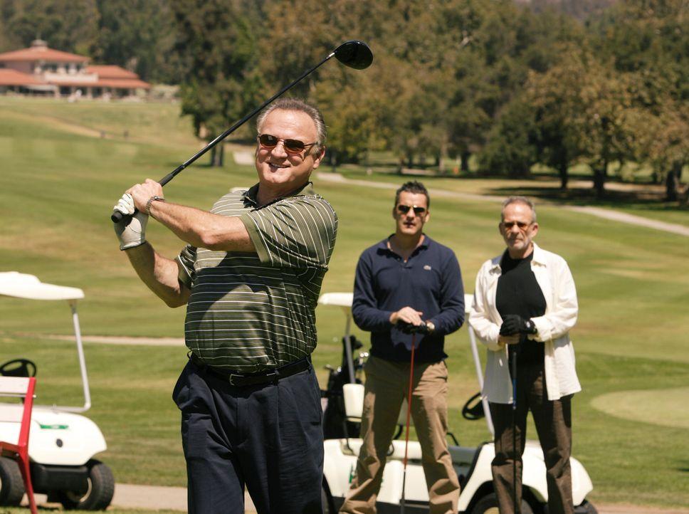 Zu einem gemeinsamen Golfspiel mit Julias Vater Ben (Bill Smitrovich, l.) bringt Tommy (Balthazar Getty, M.) seinen Onkel Saul (Ron Rifkin, r.) mit,... - Bildquelle: Disney - ABC International Television