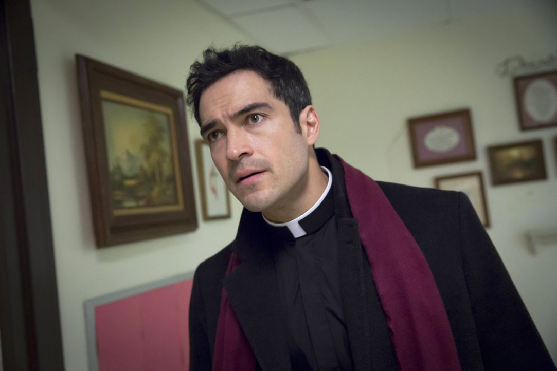 In erschreckenden Träumen sieht Pater Tomas Ortega (Alfonso Herrera) immer wieder, wie Pater Marcus an einem kleinen Jungen einen Exorzismus vollzie... - Bildquelle: Chuck Hodes 2016 Fox and its related entities.  All rights reserved.