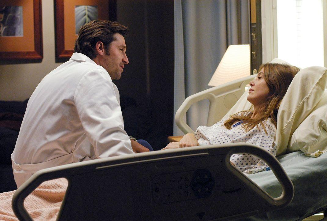 Meredith (Ellen Pompeo, r.) ist wieder bei klarem Verstand, als sich Derek (Patrick Dempsey, l.) zu ihr ans Bett setzt. Er entgegnet, dass er will,... - Bildquelle: Touchstone Television