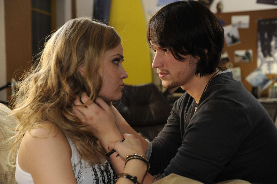 Ben (Christopher Kohn, r.) macht sich wegen Caros (Sonja Bertram, l.) angeblicher Fehlgeburt schreckliche Vorwürfe und verspricht Caro, dass er all... - Bildquelle: SAT.1