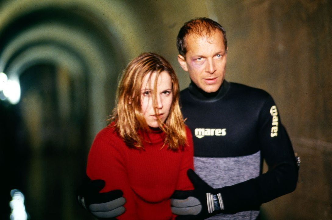 Sven Todt (Jochen Horst, r.) und Claudia Färber (Doris Schretzmayer, l.) versuchen, den Grund für die Unstimmigkeiten bei den Messdaten des Staudamm... - Bildquelle: Jiri Hanzl Sat.1