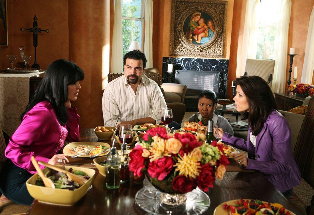 Gabrielles Mutter Lucia (Maria Conchita Alonso, l.) ist plötzlich zu Besuch gekommen. Als sie erfährt, dass Gabrielle (Eva Longoria, r.) wegen ihres... - Bildquelle: 2005 Touchstone Television  All Rights Reserved