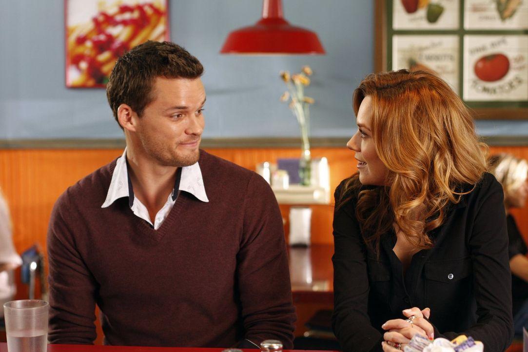 Julian (Austin Nichols, l.) versichert Peyton (Hilarie Burton, r.), dass er sich sehr für sie und Lucas, bezüglich ihres bevorstehenden Familienglüc... - Bildquelle: Warner Bros. Pictures