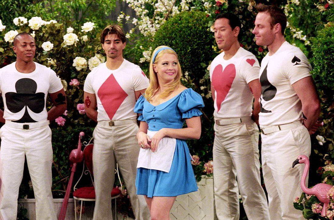 Sabrina (Melissa Joan Hart, M.) ist im Wunderland, um ein Geheimnis zu lüften, das ihr sehr wichtig ist. Sie trifft dort auf Morgan, die als König... - Bildquelle: Paramount Pictures