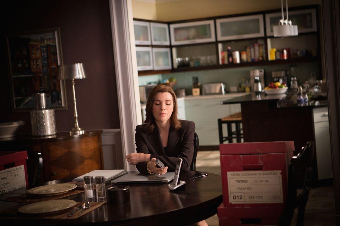 Durch Zufall trifft Alicia (Julianne Margulies) einen alten Mandanten, der sie aus ihrem depressiven Loch herausreißen könnte, aber auch Erinnerunge... - Bildquelle: 2012 CBS Broadcasting Inc. All Rights Reserved.