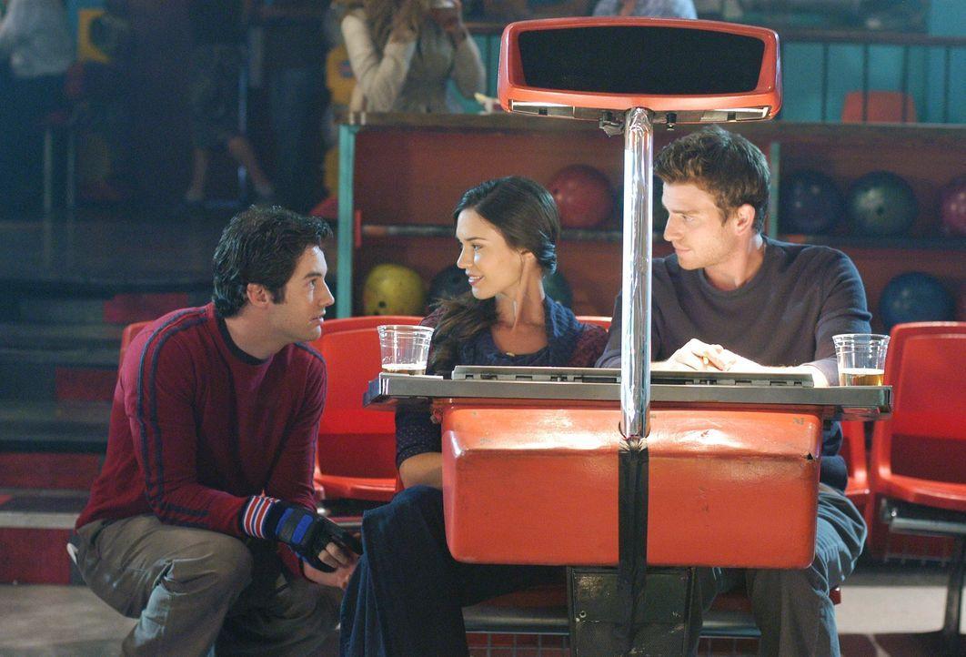 Die Beziehung zwischen Nick (Bryan Greenberg, r.) und Aubrey (Odette Yustman, 2.v.l.) möchte Ronny (Jonathan Murphy, l.) nicht zerstören, aber seine... - Bildquelle: ABC Studios