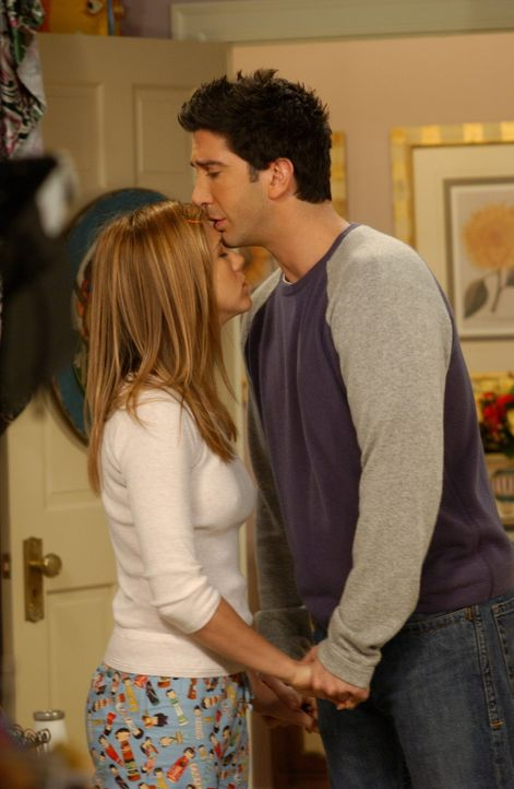 Werden sie es tun?: Rachel (Jennifer Aniston, r.) und Ross (David Schwimmer, l.) ... - Bildquelle: 2003 Warner Brothers International Television