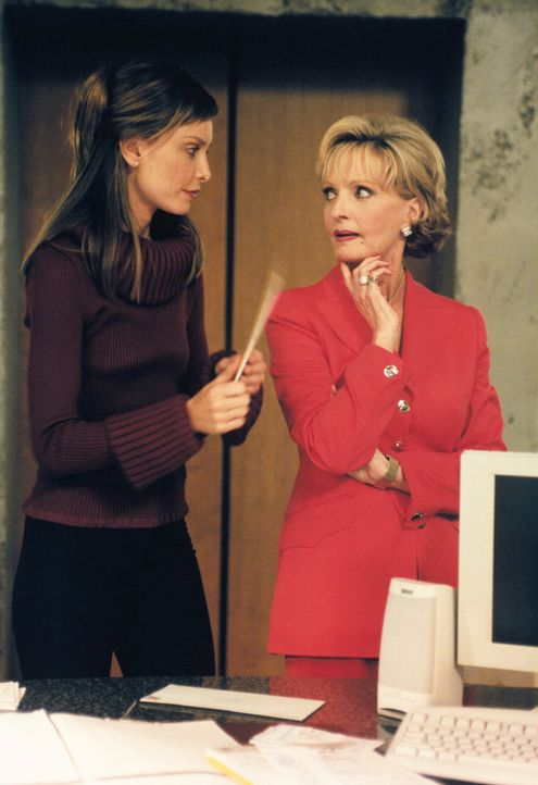 Begegnung mit Konfliktpotenzial: Ally (Calista Flockhart, l.) und Beziehungs-Therapeutin Dr. Shirley Grouper (Florence Henderson, r.) ... - Bildquelle: 2000 Twentieth Century Fox Film Corporation. All rights reserved.