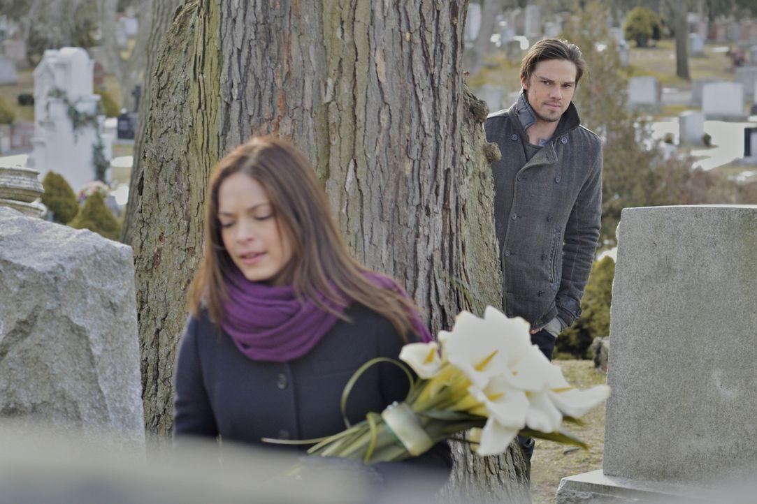 Es ist der Todestag von Catherines (Kristin Kreuk, l.) Mutter und Vincent Keller (Jay Ryan, r.) beschließt, sie zum Friedhof zu beleiten ... - Bildquelle: 2012 The CW Network, LLC. All rights reserved.