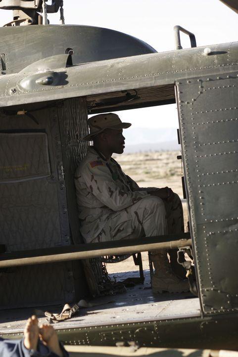 Während Michael (Sharif Atkins) im Helikopter Neelas letzten Brief liest, ist er bereits auf dem Weg zu ihr... - Bildquelle: WARNER BROS