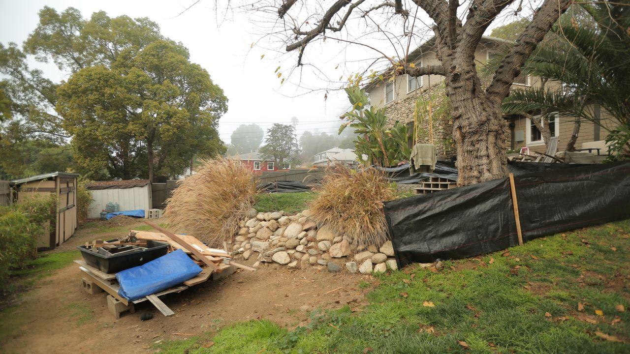 Bisher hatten Wyatt und Shelly keine Ideen, wie sie den aus mehreren Ebenen bestehenden Garten gestalten sollen, doch Gartendesignerin Sara Bendrick... - Bildquelle: 2014, DIY Network/Scripps Networks, LLC. All RIghts Reserved.