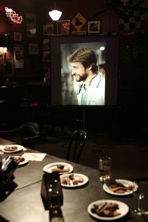 Auf der Abschiedsparty, zeigen die Kollegen alte Filme von Carter (Noah Wyle) ... - Bildquelle: WARNER BROS