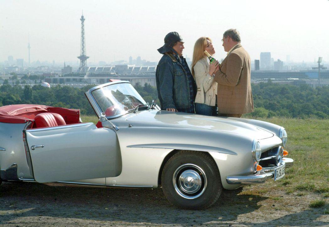Bernd (Volker Herold, l.) hat Friedrich (Wilhelm Manske, r.) und Laura (Olivia Pascal, M.) zu einem Platz gefahren, wo sie ihre Zweisamkeit über de... - Bildquelle: Monika Schürle Sat.1