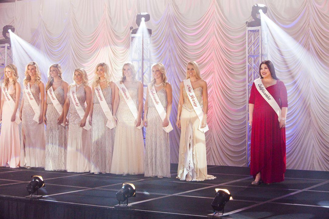Die Wahl zur Miss Perfect ist in vollem Gange und auch Jane (Brooke Elliott, r.) nimmt daran teil - in ihren Träumen ... - Bildquelle: 2012 Sony Pictures Television Inc. All Rights Reserved.