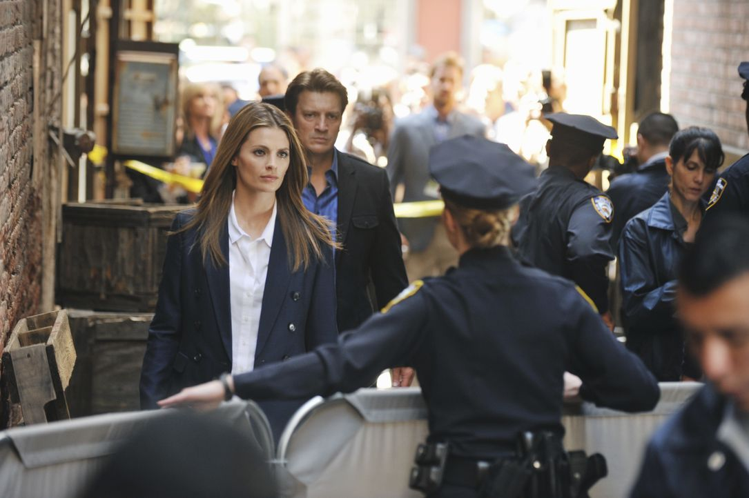 Ein Möchtegern-Superheld hat einen Kriminellen ermordet. Ein Fall für Richard Castle (Nathan Fillion, M.) und Kate Beckett (Stana Katic, l.) ... - Bildquelle: 2011 American Broadcasting Companies, Inc. All rights reserved.