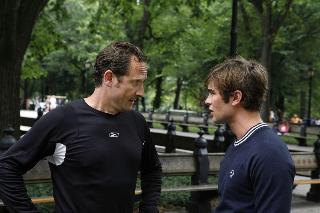 """Der Vater von Nate (Chace Crawford, r.), Howie """"The Captain"""" (Sam Robards, l.), macht seinem Sohn das Leben schwer. Er will unbedingt bei dessen Zuk... - Bildquelle: Warner Brothers"""