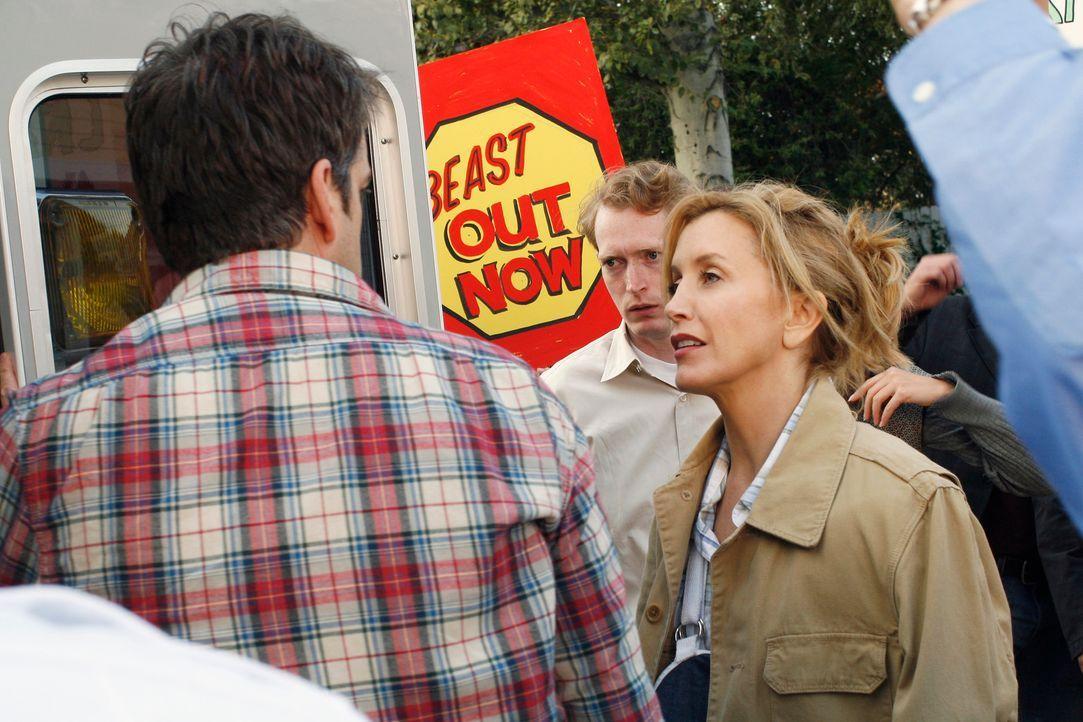Lynette (Felicity Huffman, r.) möchte sich bei Art (Matt Roth, l.) für alles, was vorgefallen ist, entschuldigen, doch er stößt sie nur weg ... - Bildquelle: 2005 Touchstone Television  All Rights Reserved