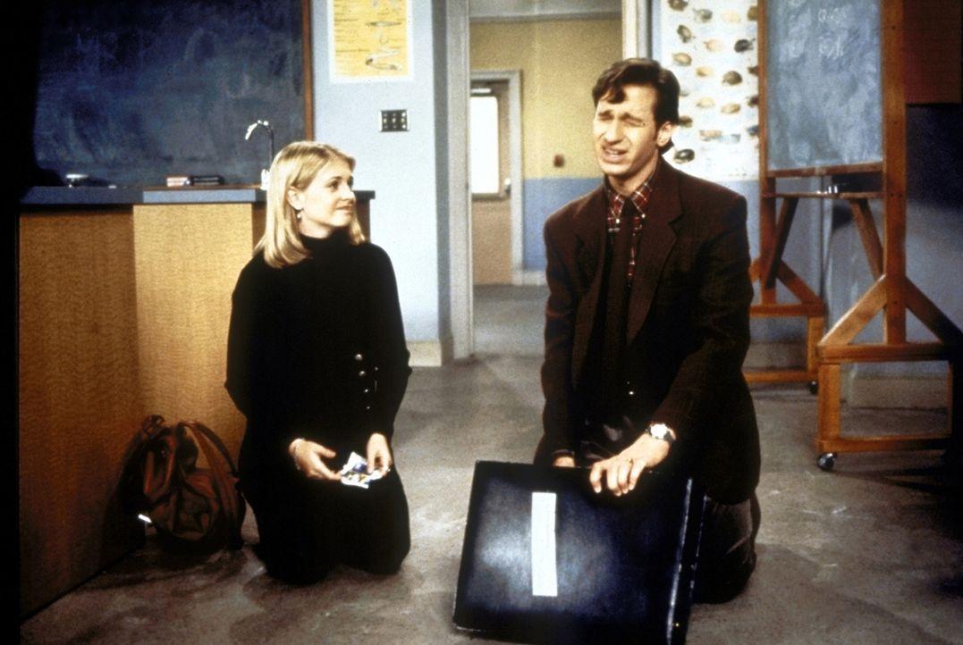 Sabrina (Melissa Joan Hart, l.) hat Mitleid mit ihrem Biologielehrer, Mr. Pool (Paul Feig, r.) ... - Bildquelle: Paramount Pictures