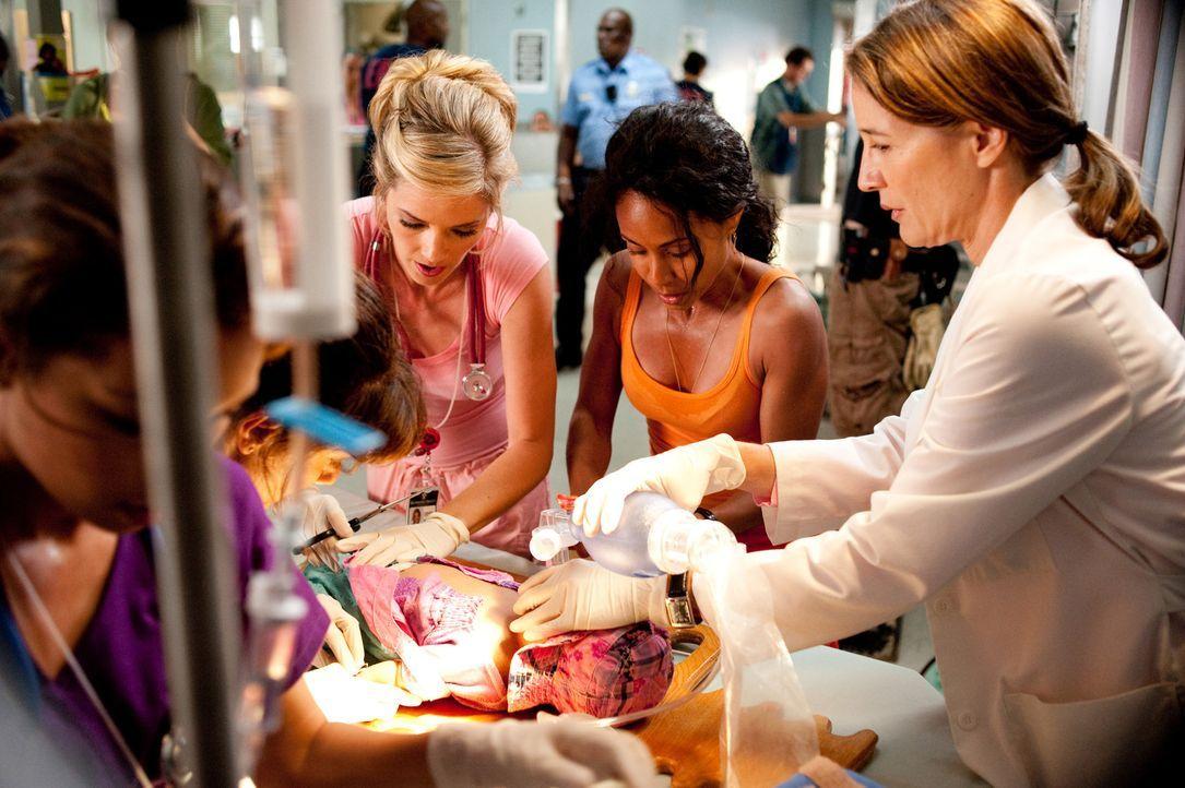 Versuchen alles Menschenmögliche, um ein Baby zu retten: Bobbie (Suleka Mathew, l.), Christina (Jade Pinkett Smith, 2.v.r.) und Candy (Christina Mo... - Bildquelle: Sony 2009 CPT Holdings, Inc. All Rights Reserved