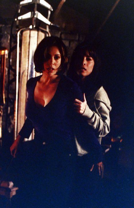 Als Prue, Phoebe (Alyssa Milano, l.) und Piper (Holly Marie Combs, r.)  merken, dass Aviva von der bösen Hexe Kali geschickt wurde, um ihnen ihre Fä... - Bildquelle: Paramount Pictures