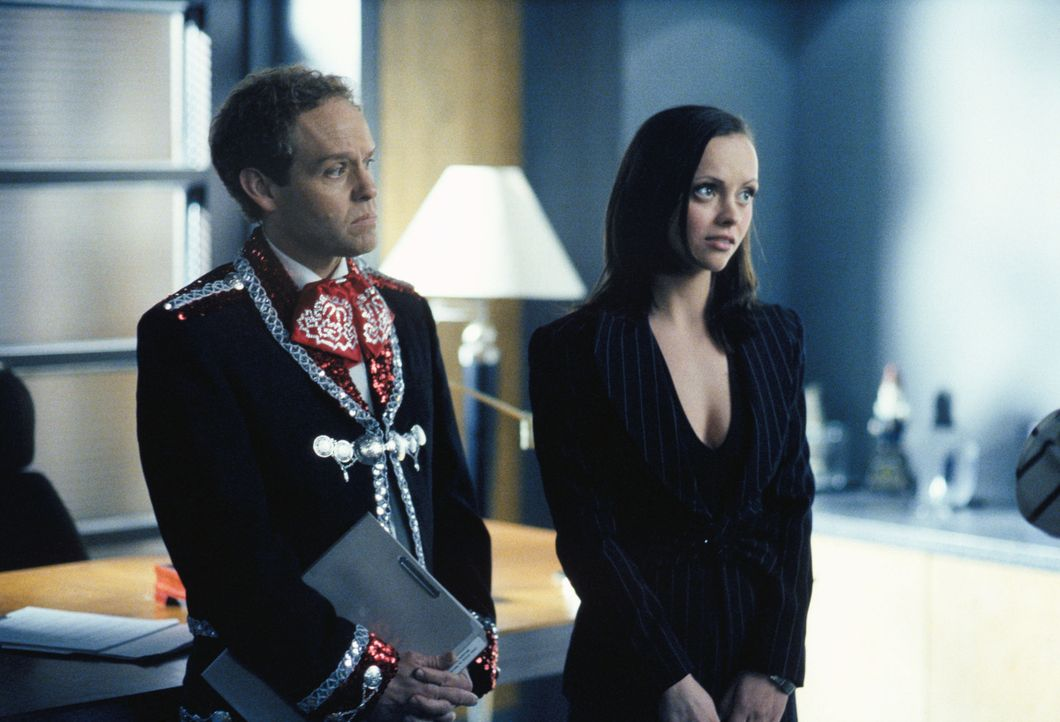 Wer wird den neuesten Fall gewinnen, John (Peter MacNicol, l.) oder Liza (Christina Ricci, r.)? - Bildquelle: 2002 Twentieth Century Fox Film Corporation. All rights reserved.