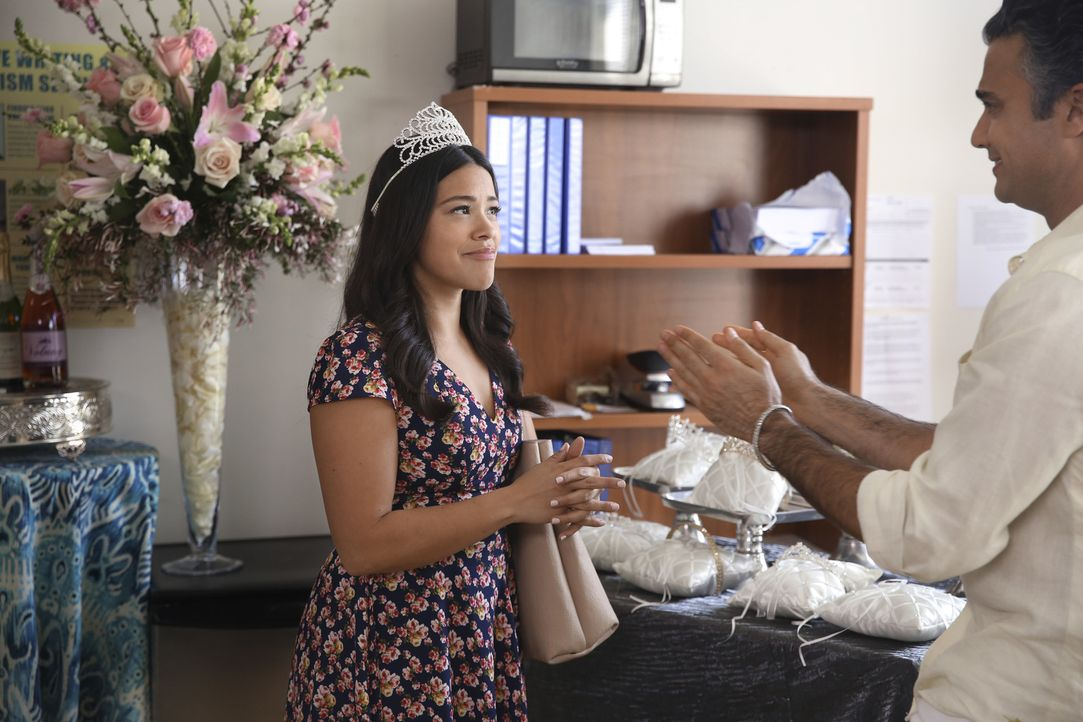 Jane (Gina Rodriguez, l.) kann es nicht glauben, Rogelio (Jaime Camil, r.) verwandelt ihr Büro in ein Wedding-Center ... - Bildquelle: Patrick Wymore 2016 The CW Network, LLC. All rights reserved.