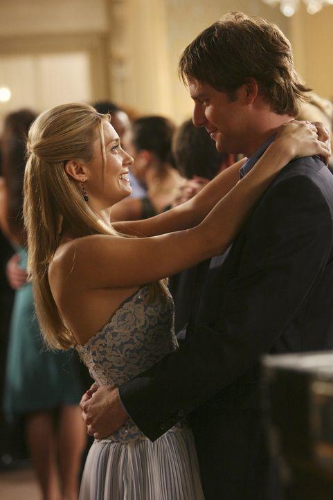 Der anstehende Greek-Ball lässt alte Erinnerungen wieder aufleben. Evan (Jake McDorman, r.), Casey (Spencer Grammer, l.) und Cappie fällt wieder ein... - Bildquelle: ABC Family