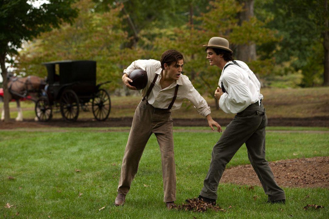 Rückblende: Damon Salvatore (Ian Somerhalder, r.) und sein Bruder Stefan (Paul Wesley, l.) verstehen sich blendend. - Bildquelle: Warner Brothers