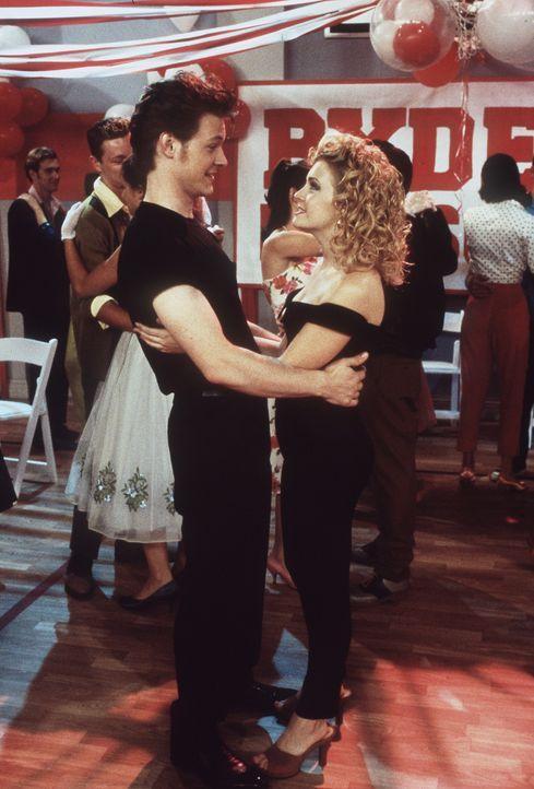 """Sabrina durfte als Klassenbeste das Motto des Tanzabends bestimmen und wählte """"Grease"""". Harvey (Nate Richert, l.) kommt als John Travolta und Sabri... - Bildquelle: Paramount Pictures"""