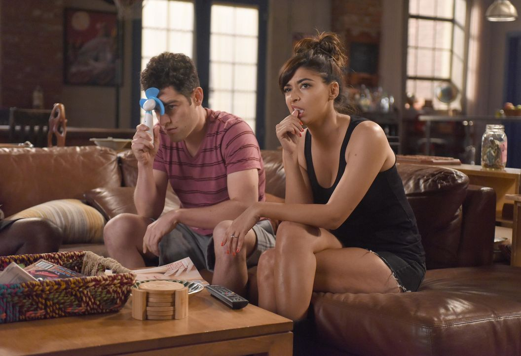 Schmidt (Max Greenfield, l.) und Cece (Hannah Simone, r.) müssen ein ernstes Gespräch führen, als Schmidt erkennt, dass Cece ein Casting sausen lass... - Bildquelle: Ray Mickshaw 2016 Fox and its related entities. All rights reserved. / Ray Mickshaw