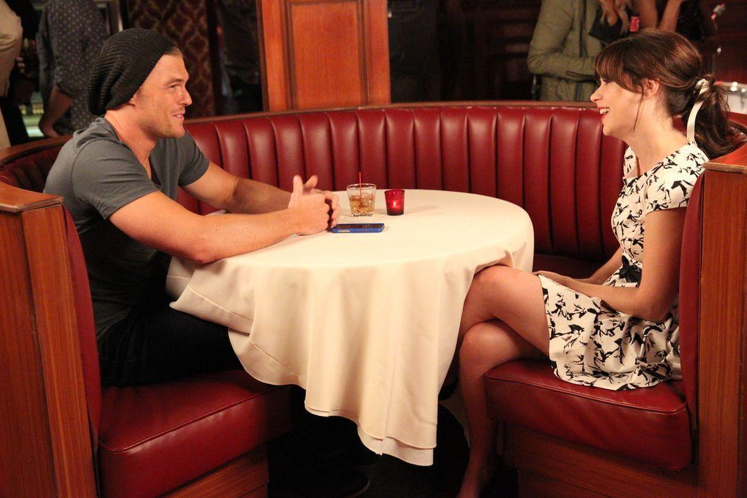 Als Jess (Zooey Deschanel, r.) sich zufällig bei Matt (Alan Ritchson, l.) an den Tisch setzt, ahnt sie noch nicht, dass an ihm nicht alles perfekt i... - Bildquelle: 2014 Twentieth Century Fox Film Corporation. All rights reserved.