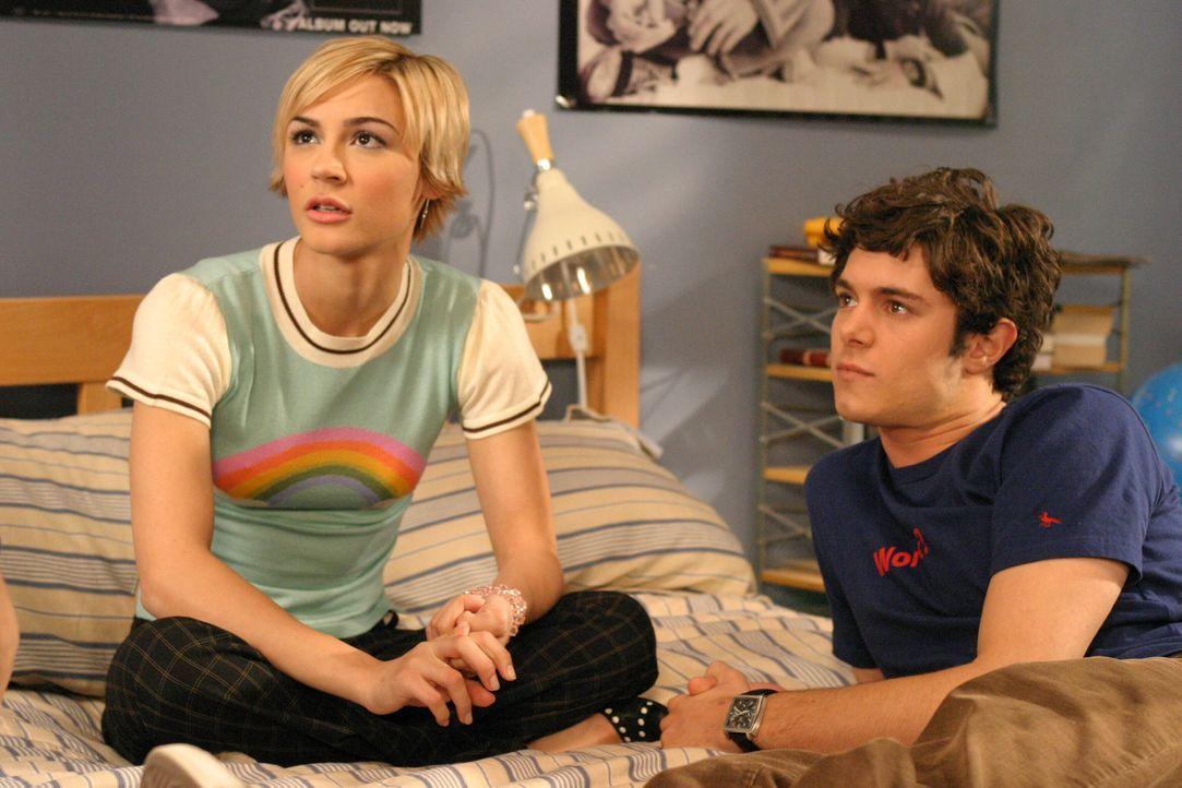 Nach Kräften versucht Summer, die traute Zweisamkeit von Anna (Samaire Armstrong, l.) und Seth (Adam Brody, r.) zu stören ... - Bildquelle: Warner Bros. Television