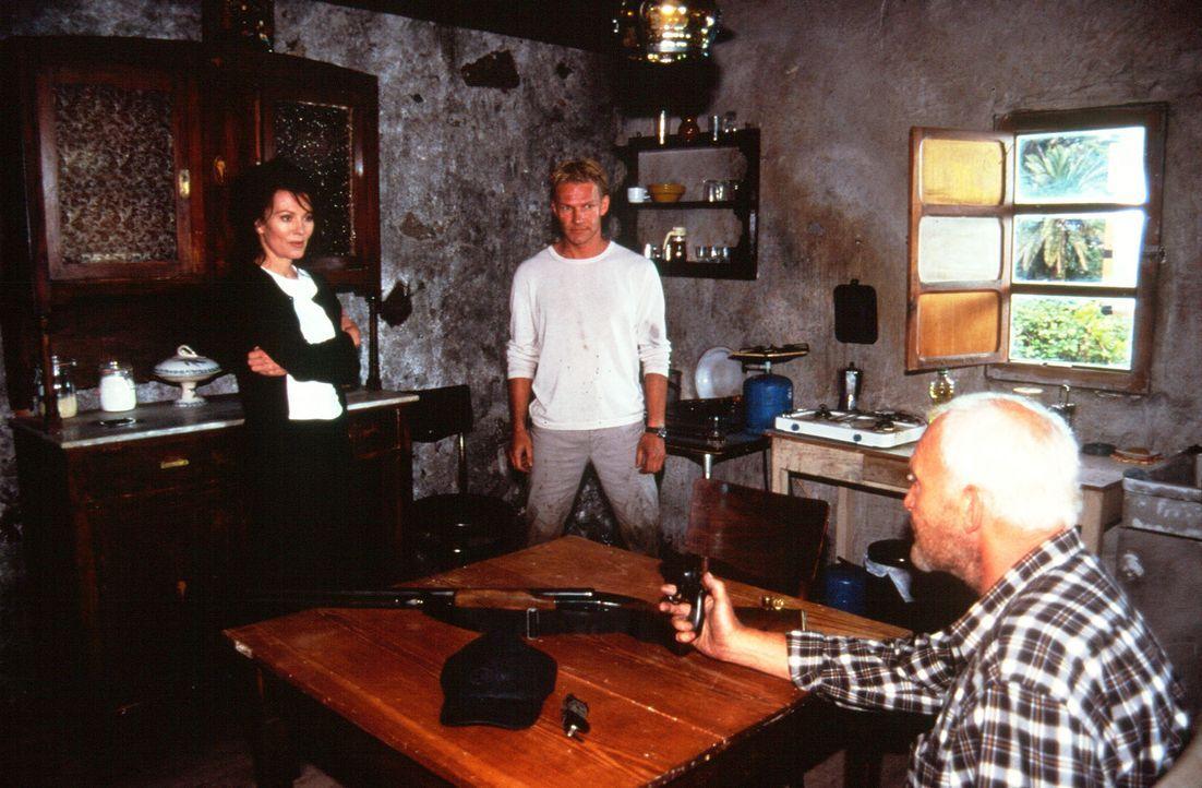 Der totgeglaubte Paul (Michael Mendl, r.) überrascht seine Frau Lea (Iris Berben, l.) und deren Liebhaber Maximilian (Thure D. Riefenstein, M.) in... - Bildquelle: Sat.1