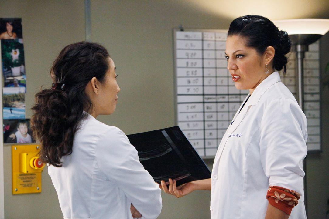 Machen sich Sorgen um Izzie: Cristina (Sandra Oh, l.) und Callie (Sara Ramirez, r.) ... - Bildquelle: Touchstone Television