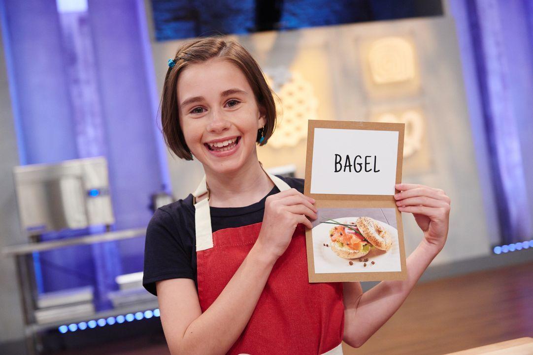 Wie wird Hollis reagieren, wenn sie erfährt, dass sie einen süßen Nachtisch in Form eines Lachs-Bagels backen soll? - Bildquelle: Eddy Chen 2014, Television Food Network, G.P. All Rights Reserved