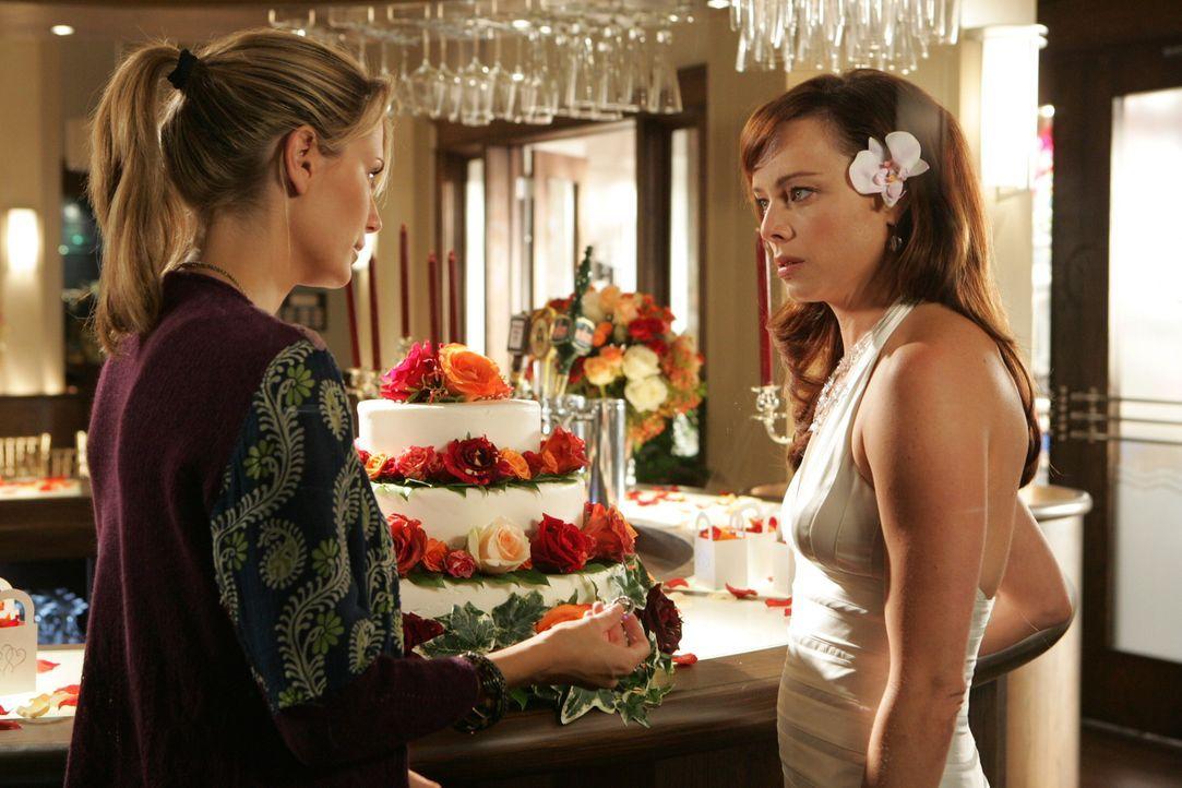 Nachdem Julie (Melinda Clarke, r.) am Tag ihrer Trauung von Jimmy sitzengelassen wurde, sieht sie keinen Ausweg mehr. Marissa (Mischa Barton, l.) ve... - Bildquelle: Warner Bros. Television